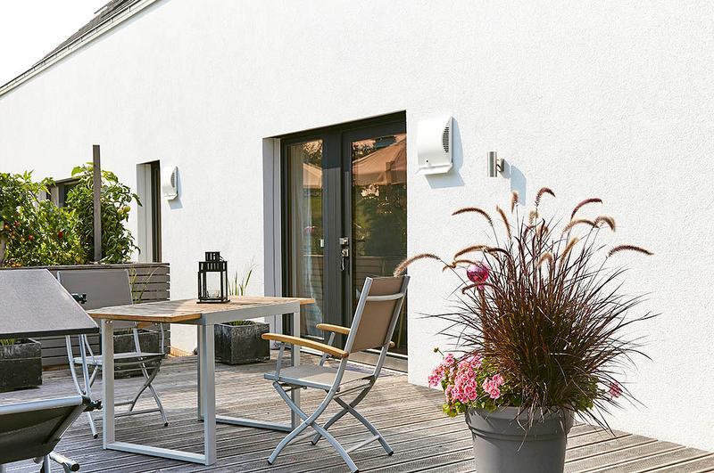 Terrasse mit Tisch und Stühlen und Gartenliegen