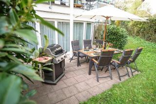 Ruhiger Garten mit Grill & 6 Sitzplätzen