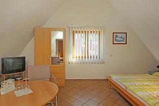 Das Doppelzimmer zur Straße ist mit TV, Radiowecker und einer Mini-Bar, sowie separat mit Du/WC ausgestattet.