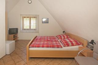 Das Doppelzimmer zum Schloßberg ist mit TV, Radiowecker, Mini-Bar, sowie separat mit Du/WC ausgestattet.