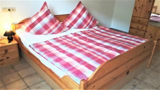 Doppelzimmer in Möbel aus Kiefer. Das Schlafzimmer zeigt in Richtung Schlossberg und ist deshalb auch in ruhiger Lage.
