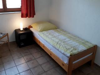 Das Einzelzimmer;  das Bett aus Kiefer liegt auch in Richtung Schlossberg in ruhiger Lage.