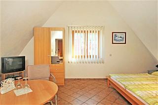 Gästezimmer zum Castellberg/Strasse  -  Das Zi. ist mit Radiowecker und Minibar mit bereits gekühlten Getränken ausgestatt