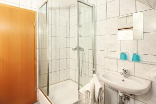Dazugehörende Bad. Es ist mit Dusche und WC ausgestattet. Unter anderem gibt es einen Heizofen falls es zu kalt ist.