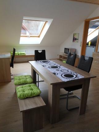 Wohn-Eßzimmer, Tisch und Schreibtisch, Zugang in Küche
