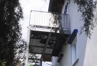 Balkon des Appartements von unten