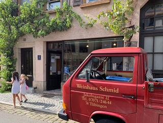 Direkte Nachbarschaft: das Traditions-Weinhaus Schmid