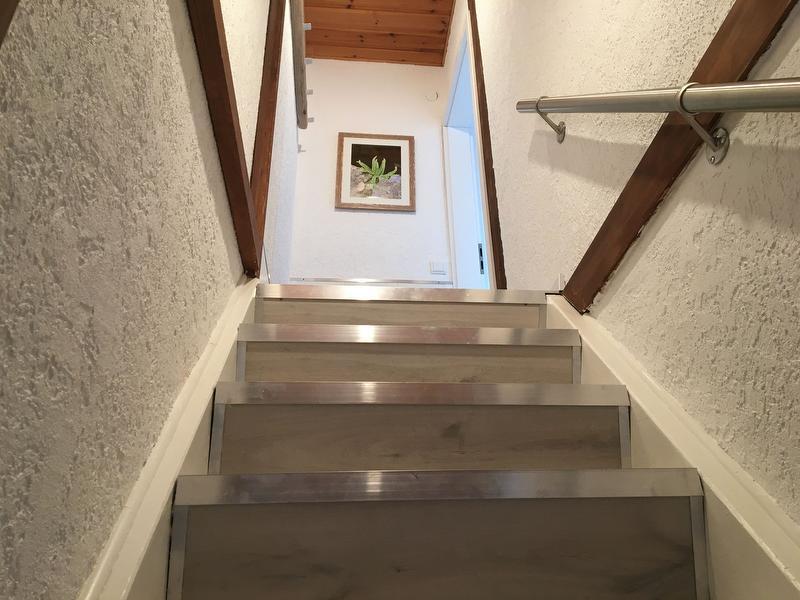 Treppenaufgang zur Wohnung mit Garderobe