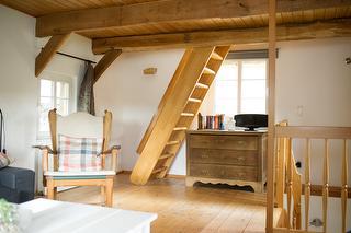 Wohnzimmer (1. OG) mit Treppe ins Dachgeschoss