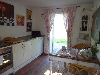 Landhaus-Wohnküche mit Gartenidylle