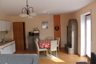 Wohnküche mit Couchecke, Eßbereich und Küchenzeile