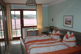 Schlafzimmer 1, mit Balkon nach Süden