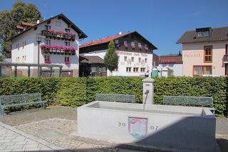 Dorfmitte von Zandt  - mit Brunnen am Rathausplatz - Hotel-Restaurant Früchtl