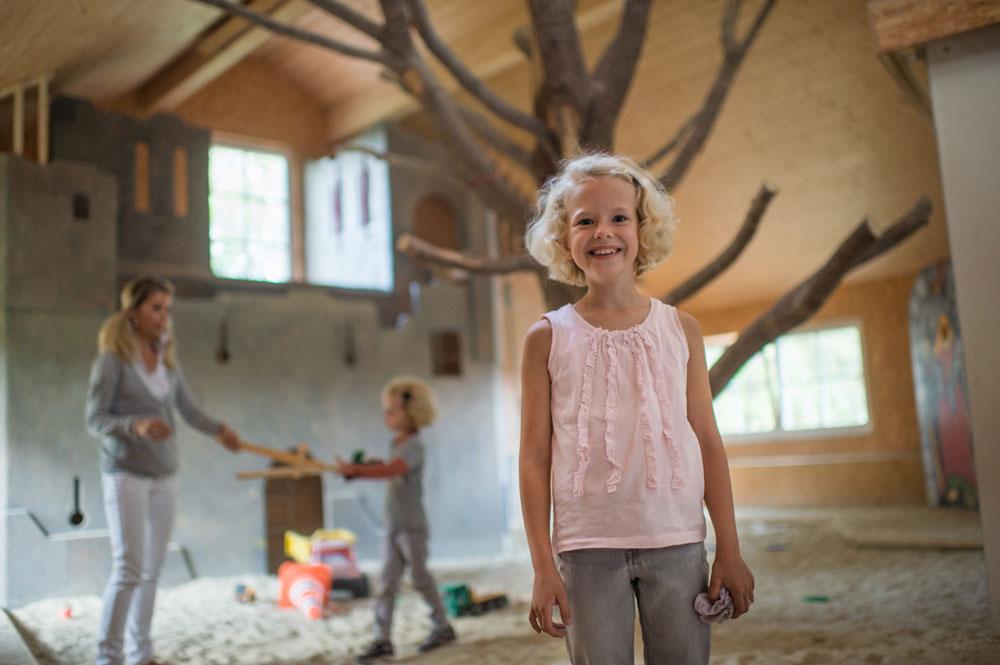 Der Kinderbauernhof – Spielen erwünscht !!   Zeit mit Ihrem Baby im beheizten Märchenspielzimmer verbringen, mit den größeren Kindern in der Märchenscheune im Riesensandkasten buddeln oder auf der Holz-Ritterburg toben… ein Paradies für Kinder unter Dach finden Sie in unserer große Spiel- und Märchenscheune. Hier wird das Ritterleben für die Kinder lebendig. Die Kletterburg verfügt über Rutsche, Höhlen und Klettertürme. Und das alles im Innenraum, zu jeder Jahreszeit ein Spaß für Jung und Alt. Das Märchenspielzimmer bietet auch bei schlechtem Wetter jede Menge Abwechselung für die Kleinen: Märchen- und Ritterbücher, Legespiele, Puzzle, Baukästen. Viele Spiele und Malsachen liegen bereit. Genießen Sie einen wetterunabhängigen Urlaub mit Ihren Kindern.
