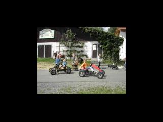 Gokarts - viele Tretfahrzeuge warten auf die Kinder