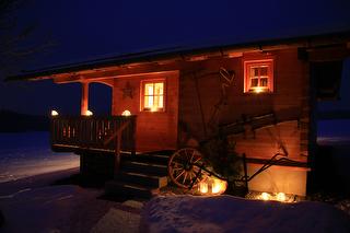 Almhütte bei Nacht / Rechteinhaber: © Familienferienhof Wenighof