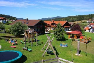 Ferienhaus mit großem Spielplatz / Rechteinhaber: © Familienferienhof Wenighof