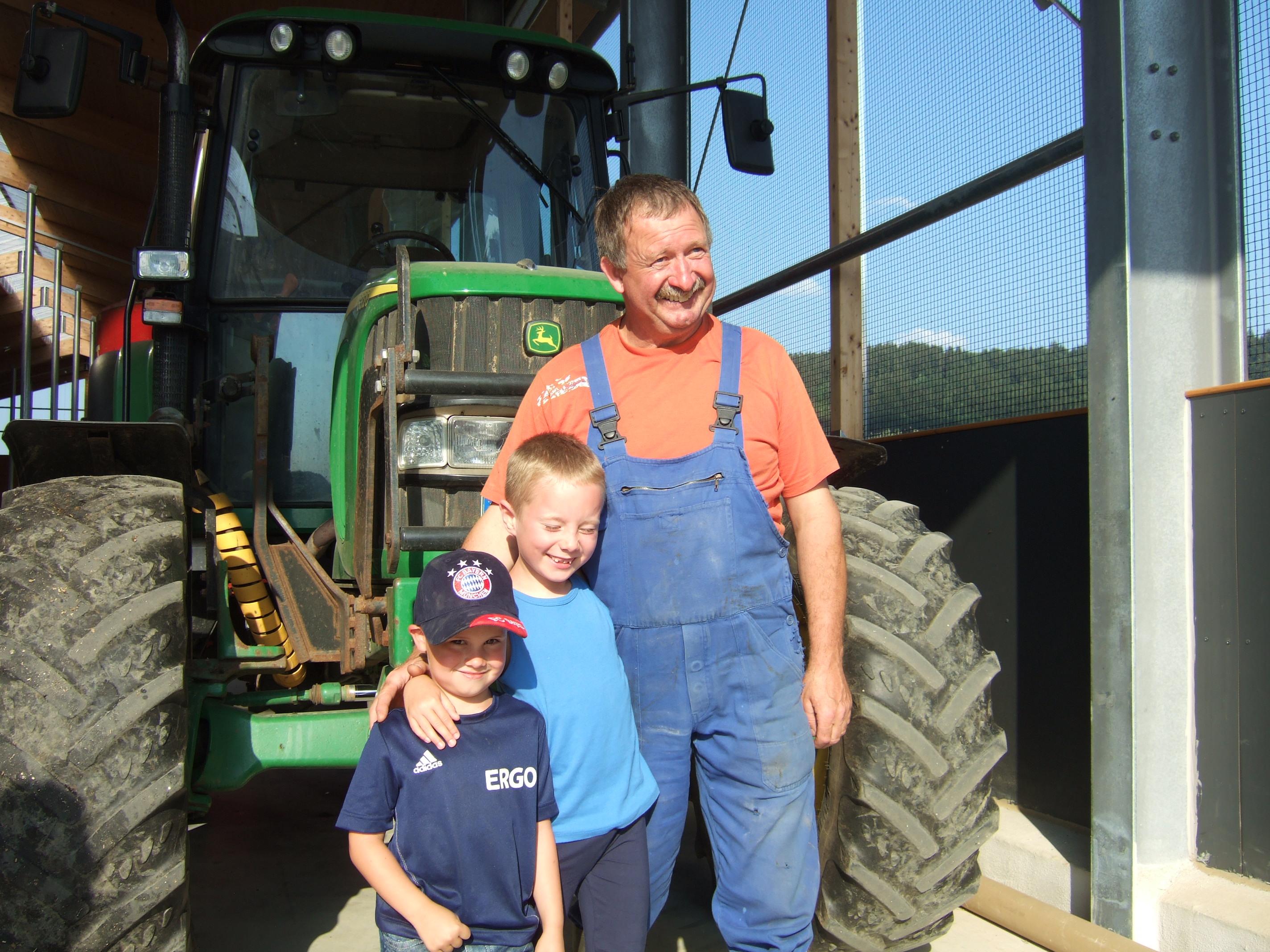 Jeden Tag können kleine und große Gäste mit dem Bauern beim Füttern der Tiere am Traktor mitfahren