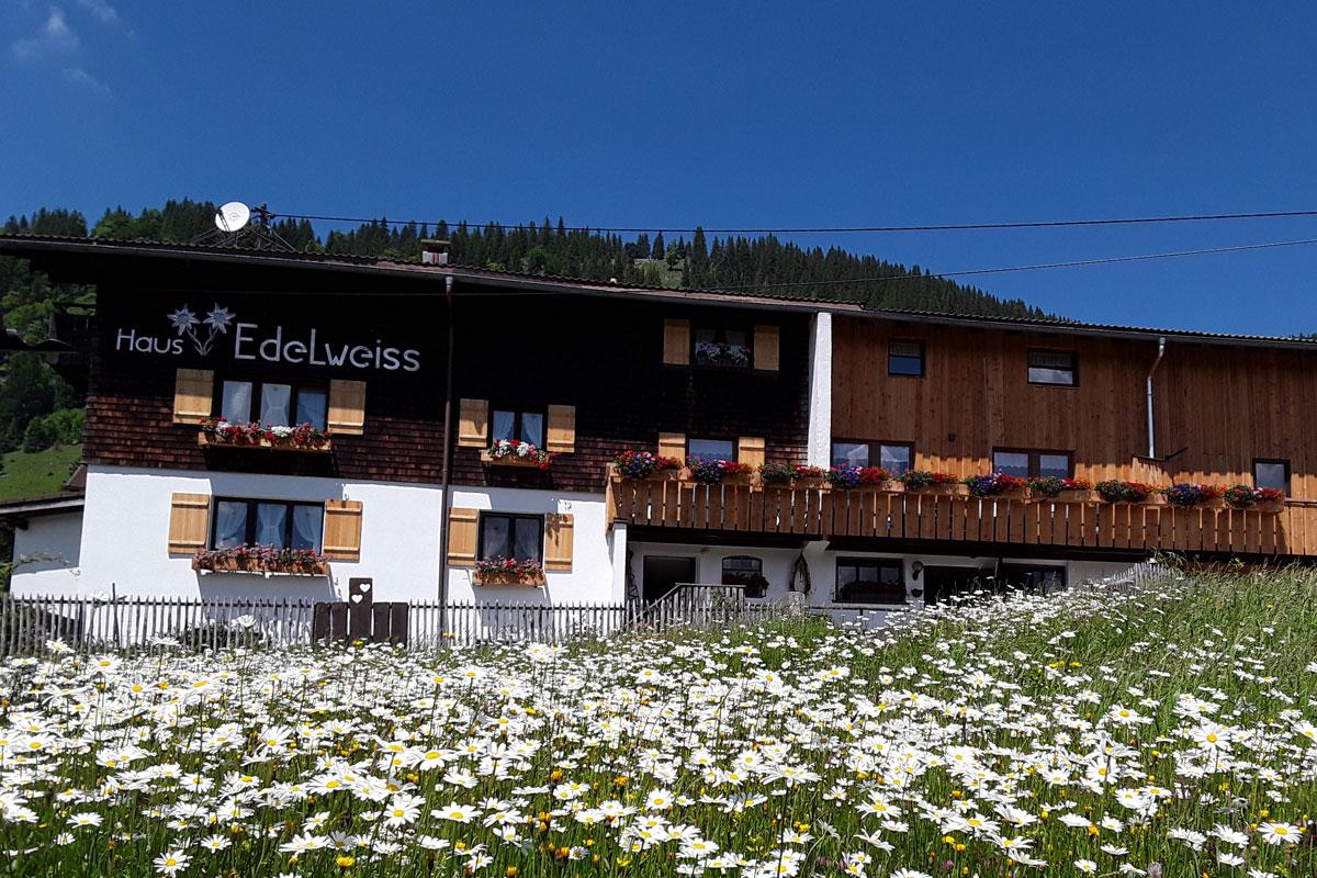 Herzlich willkommen im Haus Edelweiss, nahe der österreichischen Grenze zum Tannheimer Tal auf 1150m