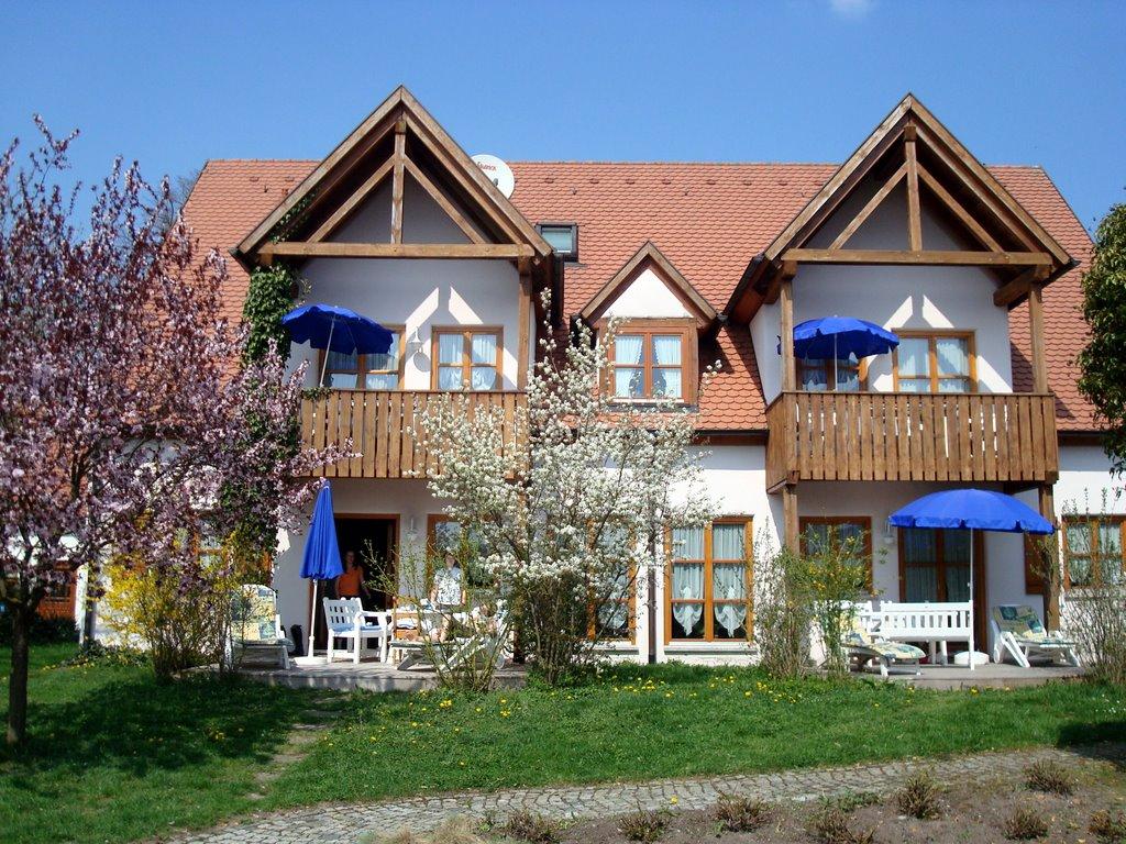 Das Ferienhaus verfügt über 4 große und helle Wohnungen (2-4 Pers.) und zwei Appartements (1-2 Pers.
