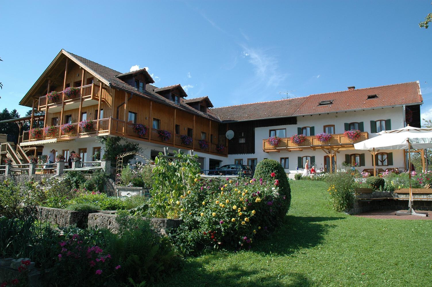 Unser Hof befindete sich in Alleinlage, umgeben von Wiesen und Wälder mit herrlichem Alpenpanorama.