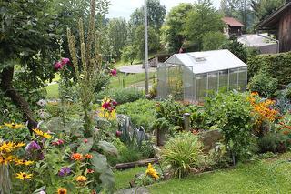 Bauerngarten - Obst und Gemüse aus eigenem Anbau. Wie wärs mit einer Kostprobe?