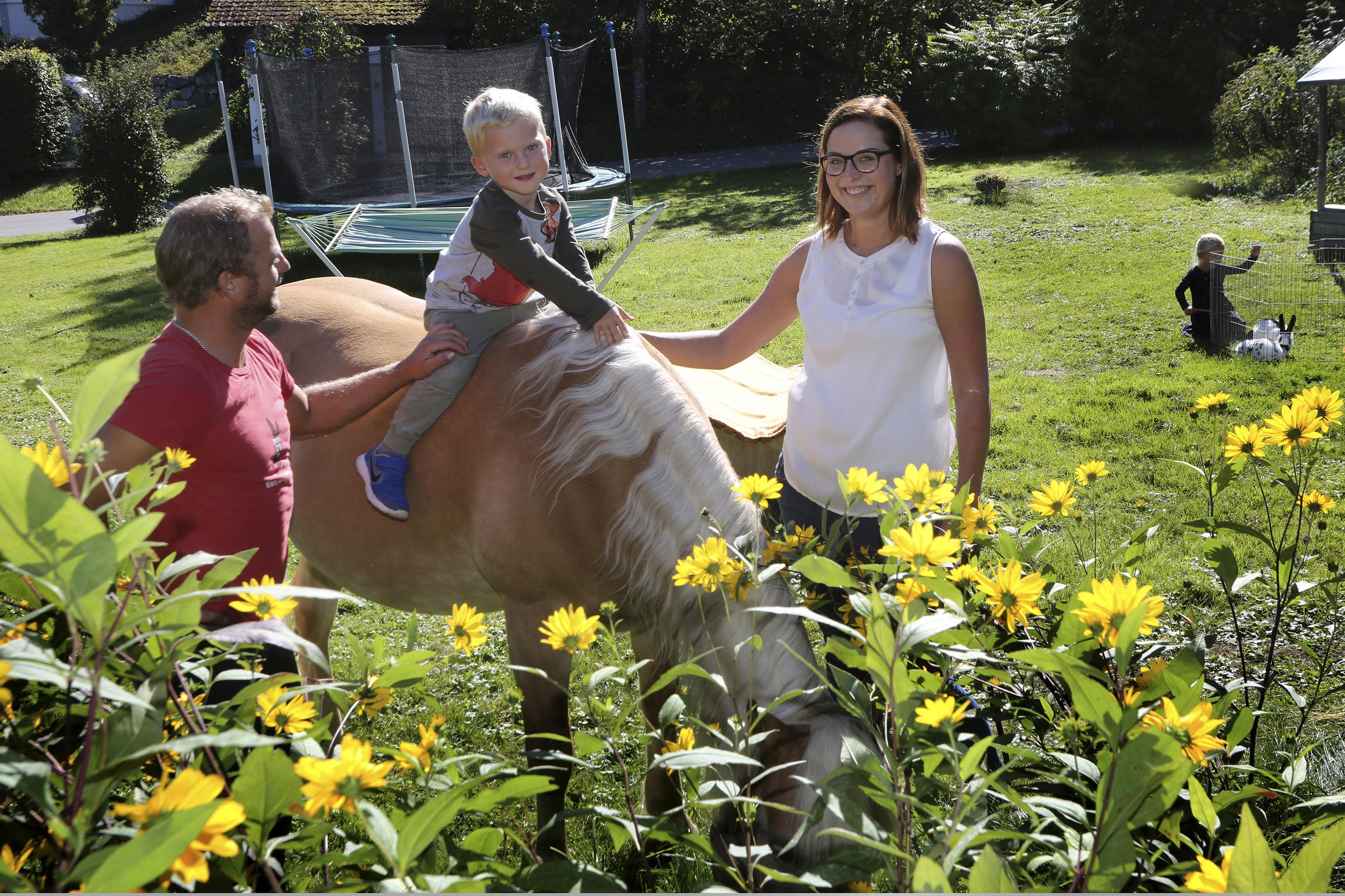 Unser Alex im Garten mit Kindern bei einem geführten Rundgang