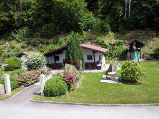 Garten zum Entspannen am Ferienwohnung Pension Hauer - Garten mit Grillhütte und überdachten Freisitz, Spielplatz mit Trampolin, Rutsche, Wippe... Grill ..