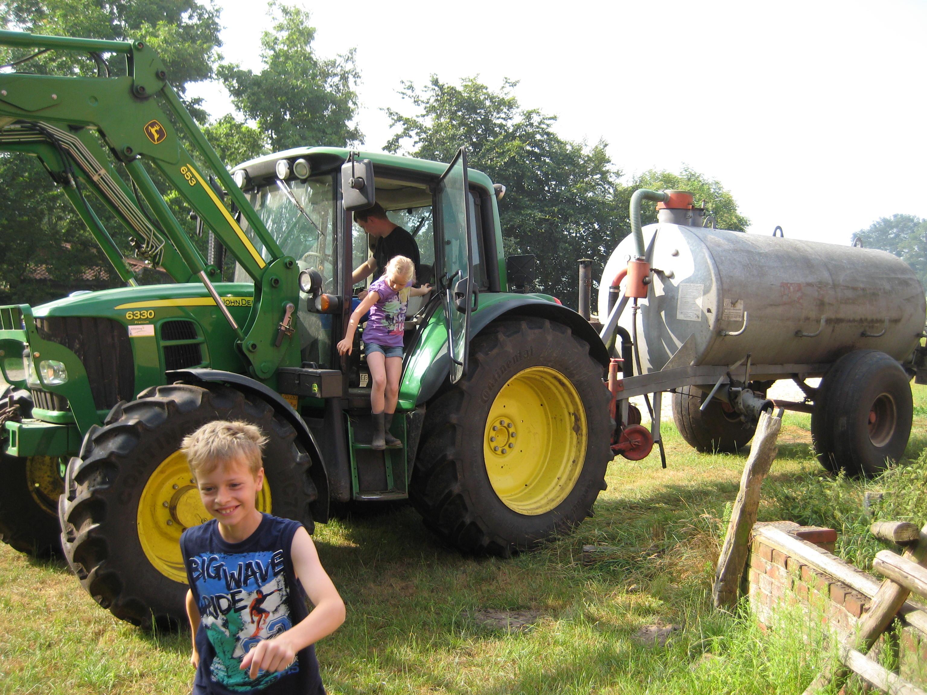 Gerne dürfen die Gäste mit dem Bauern auf dem Trecker mitfahren und seine Arbeit kennenlernen