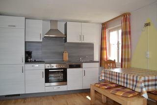 Küchenzeile - Neu mit Spülmaschine, Kaffeemaschine, Toaster, Wasserkocher und Geschirr.