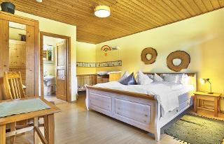Schlafzimmer mit Bad und Kinderecke