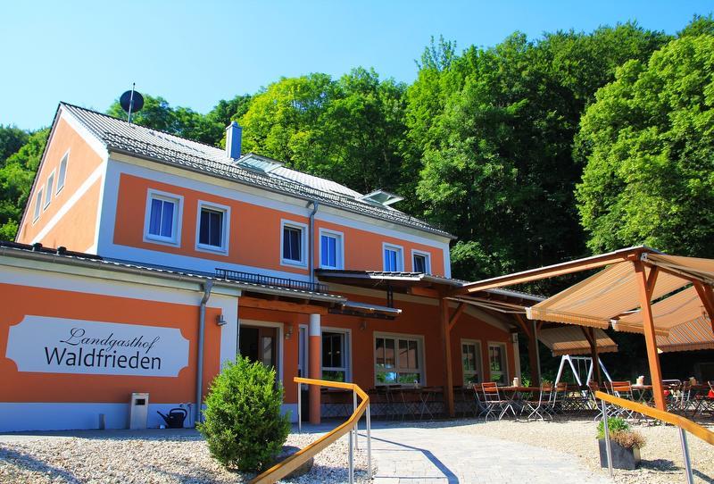 Landgasthof Waldfrieden Bad Abbach - Außenansicht / Urheber: Bruno Samulowski - www.orange-b.de