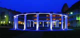 Säulen bei Nacht / Rechteinhaber: © Kurhotel & Klinik Kaiser Trajan - Säulen bei Nacht