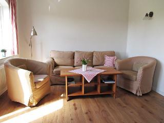 Helles Wohnzimmer mit gemütlicher Couch