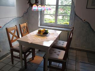 Essplatz in der Küche mit Blick auf Wald und Wiesen