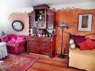 Wohnzimmer mit Sitzecke und Bett, Fewo Mulleby, R. Tetzlaff-John