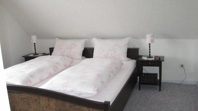 Elternschlafzimmer / Rechteinhaber: © jochencaro - Im oberen Stockwerk befinden sich zwei Schlafzimmer und eine separate Toilette. Auf dem Foto sehen Sie das Elternschlafzimmer. Die Bettwäsche wird unentgeltlich gestellt.