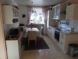 Küche mit Sitzecke und Sofa