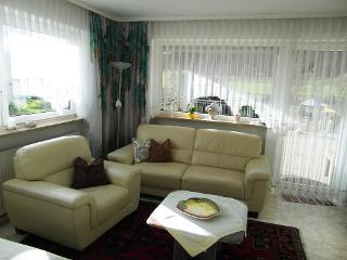 Wohnzimmer mit Zugang zur Terrasse / Urheber: Rosa Hell / Rechteinhaber: © Rosa Hell