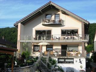 FeWo 1 -Altmühlvilla- Terrasse mit Sitzmöbeln und Sonnenschirm