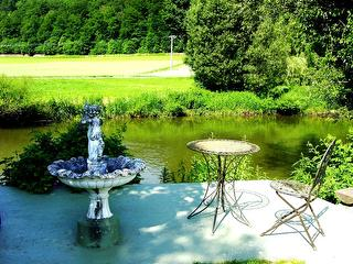 Sitzplätze im Garten am Wasser / Urheber: Rosa >Hell / Rechteinhaber: © Rosa Hell