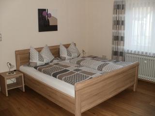 Schlafzimmer 1 mit Doppelbett und Zugang zur Terrasse, 2015 renoviert