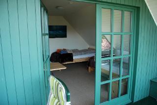 Blick in das Schlafzimmer mit zwei einzeln stehenden Betten