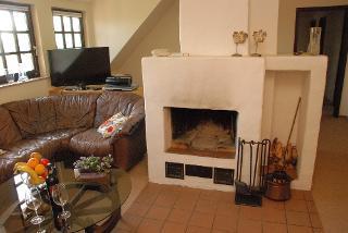 Der offene Kamin macht den Wohnraum schön kuschelig