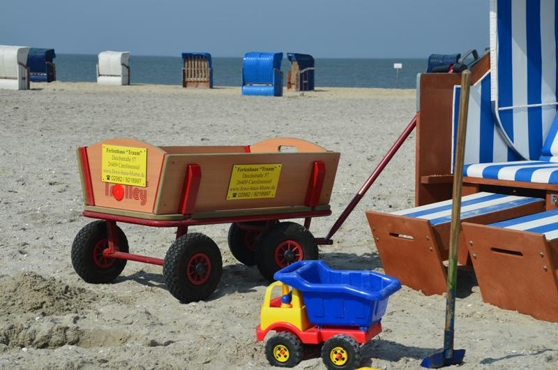 Bollerwagen mit Sandspielzeug
