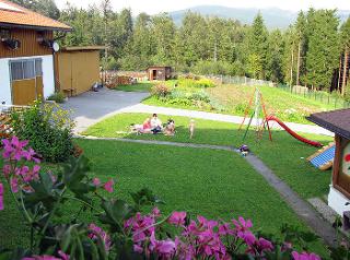 Viel Platz zum Toben - Viele verschiedene Spielgeräte für kleine und große Kinder