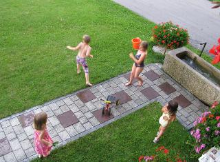 Spiel mit dem Wasser - Das kühle Nass ist besonders an heißen Sommertagen beliebt.