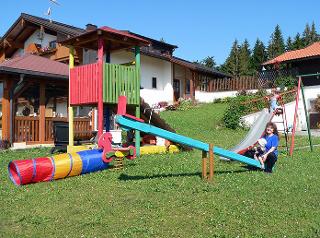 Unser Spielplatz - Klettern, wippen, schaukeln, durch Röhren robben und im Sandkasten Kuchen 'backen', so gefällt es!
