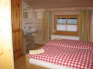 Schlafzimmer 2 - Ein ländliches Ambiente und kuschelige Betten erwartet den Gast und gibt erholsamen Schlaf.