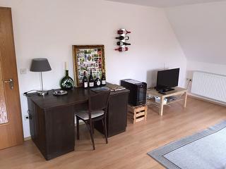 weiterer Wohnbereich mit Schreibtisch
